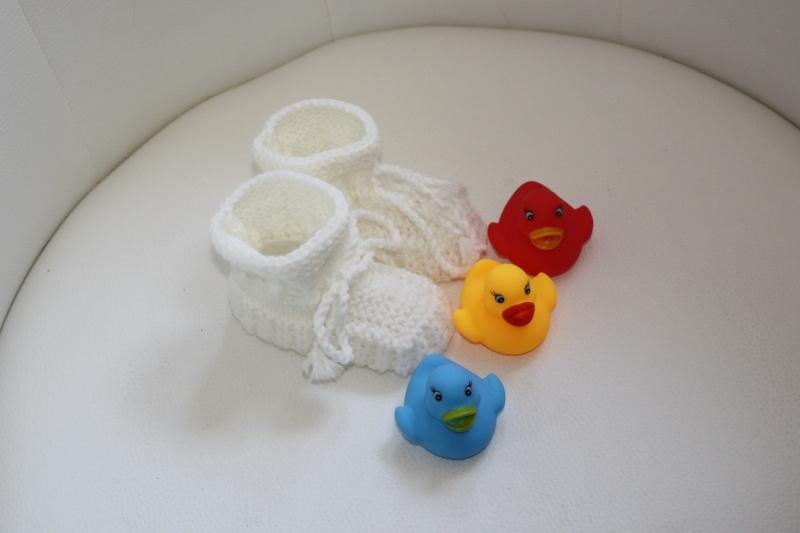 Kleinesbild - handgestrickte süße Babyschühchen, wollweiß