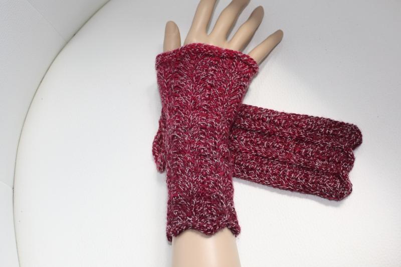 - handgestrickte Arm-/Handstulpen, Pulswärmer ohne Daumenloch,  rot-farbverlaufend - handgestrickte Arm-/Handstulpen, Pulswärmer ohne Daumenloch,  rot-farbverlaufend