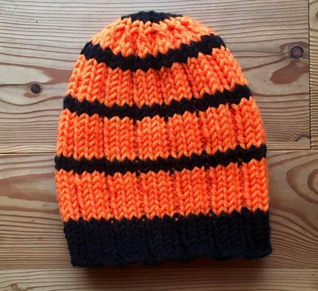 Kleinesbild - Leuchtende Strickmütze in orange und schwarz