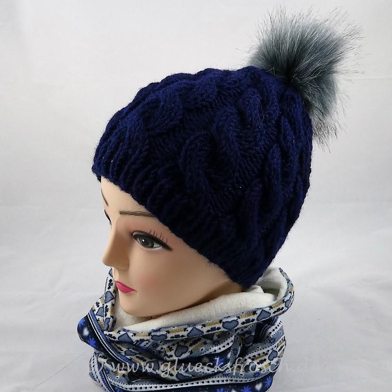 - Blaue Mütze mit Zopfmuster und grauem Kunstfellbommel  - Blaue Mütze mit Zopfmuster und grauem Kunstfellbommel