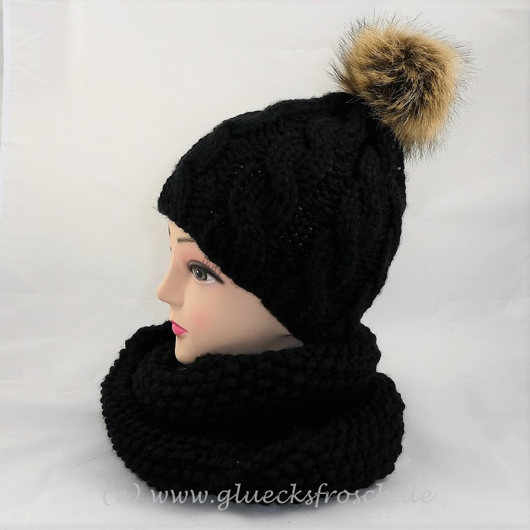 - Schwarze Mütze mit Zopfmuster und beigen Kunstfellbommel  - Schwarze Mütze mit Zopfmuster und beigen Kunstfellbommel