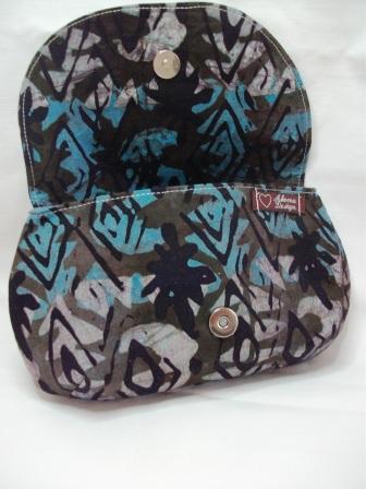 Kleinesbild - Tolle Clutch aus gebatikter Baumwolle in Blau und Schwarz, handgenäht
