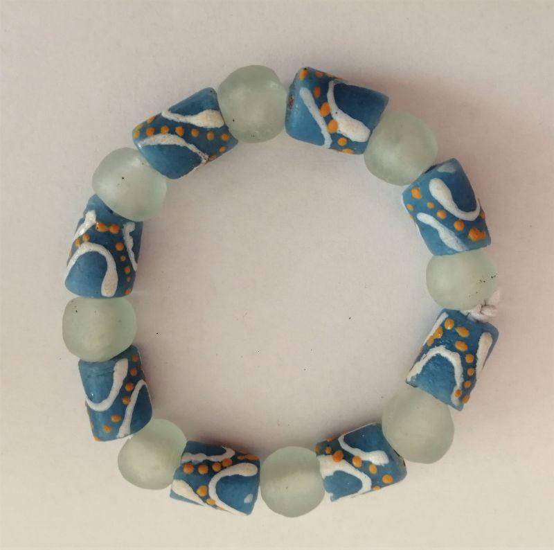 Kleinesbild - Tolles Armband aus handgefertigten afrikanischen Glasperlen in Blau und Weiss