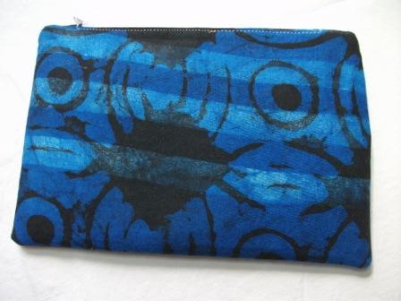 Kleinesbild - Kleine  genähte Tasche aus afrikanischem Batikstoff in Blau und Schwarz