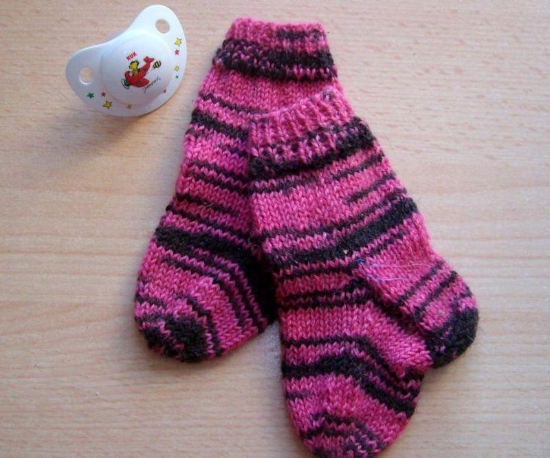 - Babysöckchen 0-3 Monate in pink-schwarzem Zebramuster - Babysöckchen 0-3 Monate in pink-schwarzem Zebramuster