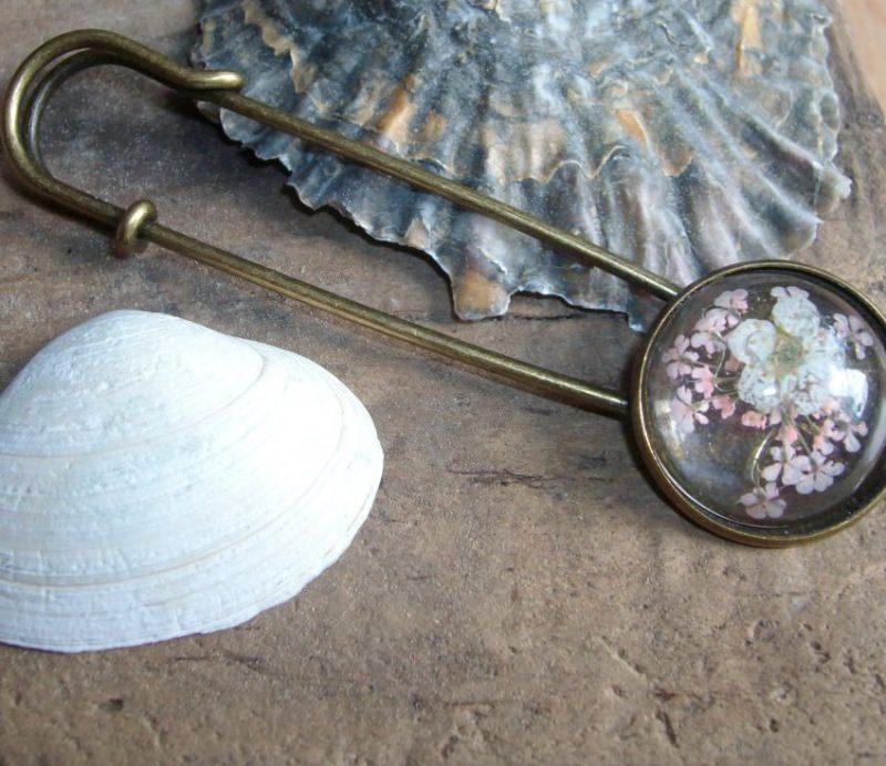 - Tuchnadel/ Kiltnadel Blüten in rosa und weiß, Messing  - Tuchnadel/ Kiltnadel Blüten in rosa und weiß, Messing