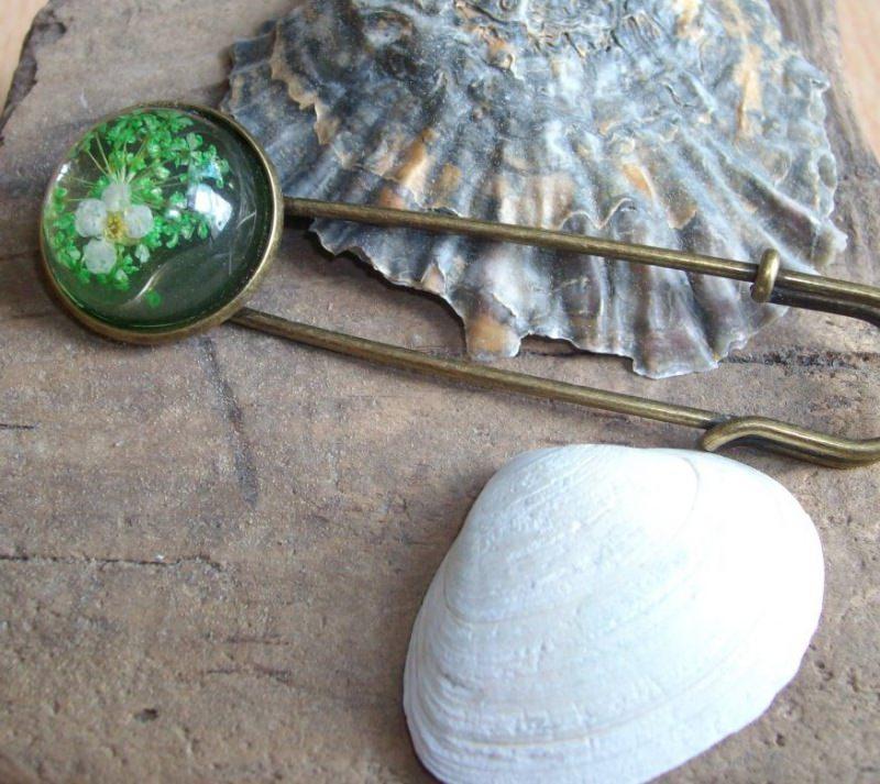 - Tuchnadel/ Kiltnadel Blüten in hellgrün und weiß, Messing    - Tuchnadel/ Kiltnadel Blüten in hellgrün und weiß, Messing
