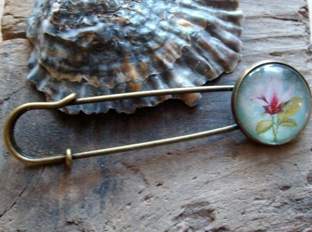 - Tuchnadel/ Kiltnadel mit Magnolienblüte, romantisch - Tuchnadel/ Kiltnadel mit Magnolienblüte, romantisch