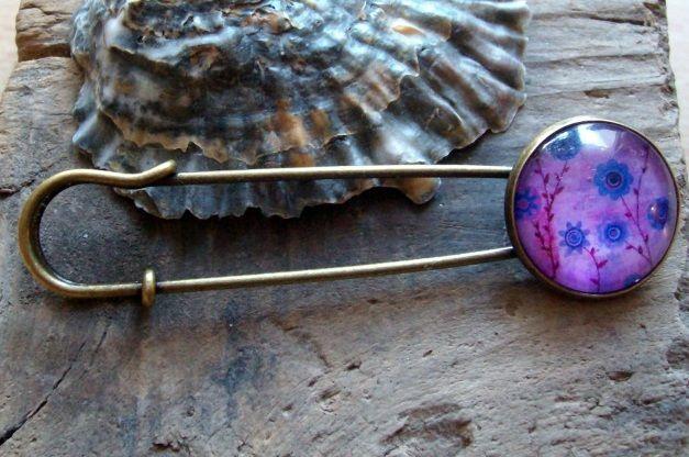 - Tuchnadel/ Kiltnadel mit lila Blumen auf pink, 7 cm lang  - Tuchnadel/ Kiltnadel mit lila Blumen auf pink, 7 cm lang