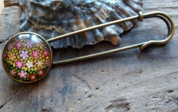 - Tuchnadel/ Kiltnadel mit süßen Blumen und Blättern auf braunem Grund , 7 cm lang   - Tuchnadel/ Kiltnadel mit süßen Blumen und Blättern auf braunem Grund , 7 cm lang