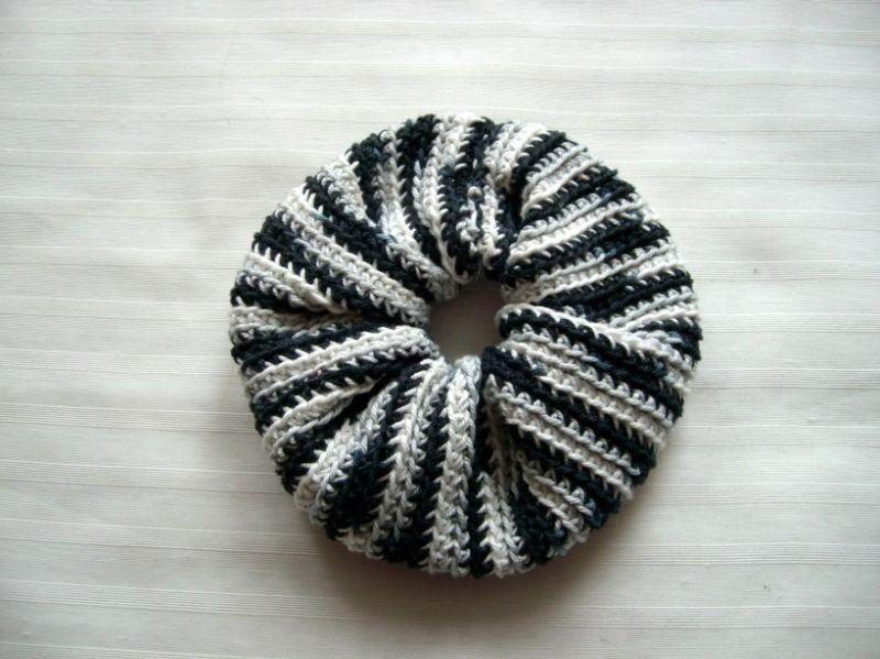 - Gehäkeltes Scrunchie in schwarz-weiß-grau, 100% Baumwolle, Haargummi, Zopfgummi   - Gehäkeltes Scrunchie in schwarz-weiß-grau, 100% Baumwolle, Haargummi, Zopfgummi