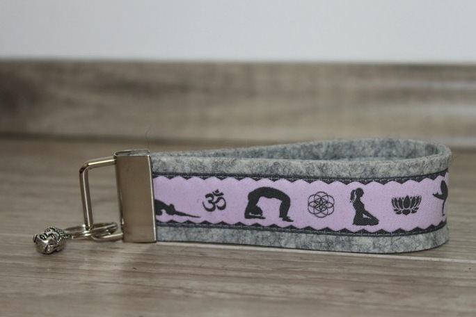 Kleinesbild - Schlüsselanhänger Yoga Asana Ohm freie Farbwahl