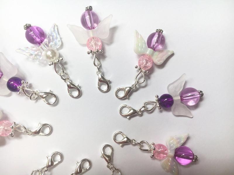 Kleinesbild - 10 lila gemischte Perlenengel mit Karabinerhaken, handmade, Schutzengel, Anhänger
