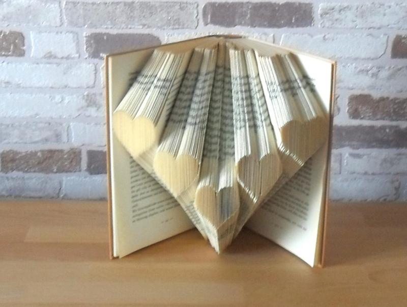 - gefaltetes Buch - Herzchen // Bookfolding // Buchkunst // Geschenk // Liebe // Valentinstag // Muttertag // Buchskulptur // Book Art - gefaltetes Buch - Herzchen // Bookfolding // Buchkunst // Geschenk // Liebe // Valentinstag // Muttertag // Buchskulptur // Book Art