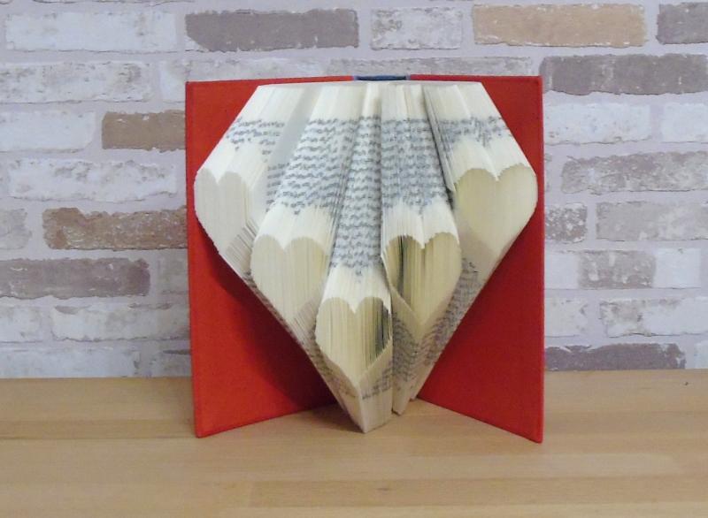 Kleinesbild - gefaltetes Buch - Herzchen // Bookfolding // Buchkunst // Geschenk // Liebe // Valentinstag // Muttertag // Buchskulptur // Book Art