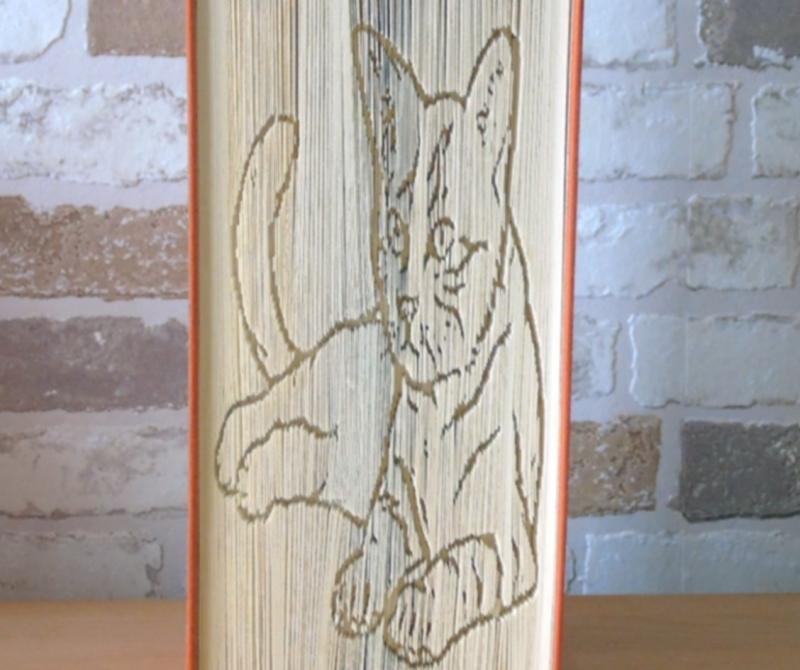 Kleinesbild - gefaltetes Buch - liegende Katze // Buchkunst // Bookfolding // Buchfalten // Geschenk // Dekoration // Katzenliebhaber