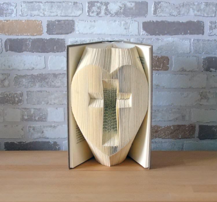 Kleinesbild - gefaltetes Buch - Kreuz im Herz // Buchkunst // Bookfolding // Geschenk // Kommunion // Konfirmation // Dekoration // Glaube