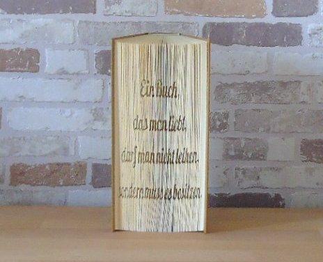 - gefaltetes Buch - Spruch: Ein Buch das man liebt, darf man nicht leihen, man muss es besitzen - gefaltetes Buch - Spruch: Ein Buch das man liebt, darf man nicht leihen, man muss es besitzen