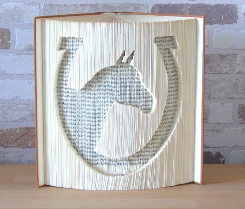 Kleinesbild - gefaltetes Buch - Pferd im Hufeisen // Buchkunst // Bookfolding // Pferdenarr // Pferdeliebhaber // Reiter // Geschenk