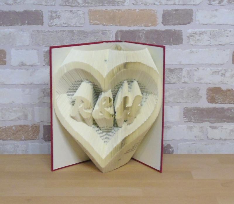 Kleinesbild - gefaltetes Buch - Name im Herz // Buchkunst // Bookfolding // Dekoration // Geschenk // Geburtstag // Valentinstag // Liebe // Namenstag