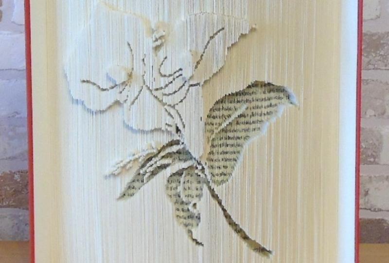 Kleinesbild - gefaltetes Buch - Lilie // Buchkunst // Bookfolding // Buchfalten // Dekoration // statt Blumen // Blumenliebhaberin // Leseratte