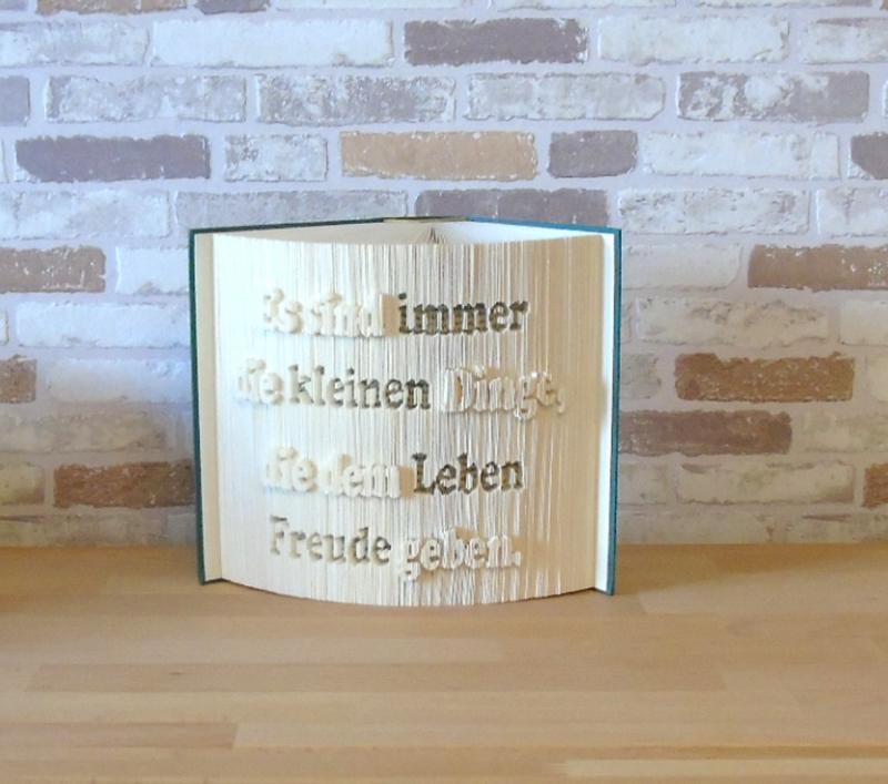 - gefaltetes Buch - Es sind die kleinen Dinge, die dem Leben Freude geben // Buchkunst // Bookfolding // Dekoration // Spruch im Buch - gefaltetes Buch - Es sind die kleinen Dinge, die dem Leben Freude geben // Buchkunst // Bookfolding // Dekoration // Spruch im Buch