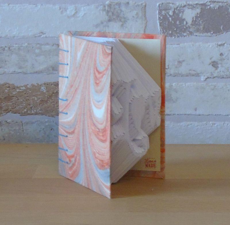 Kleinesbild - gefaltetes Buch - Love in einem handgebundenen Notizbuch A7 // koptische Bindung // Dekoration // Buchkunst // bookfolding // Liebe