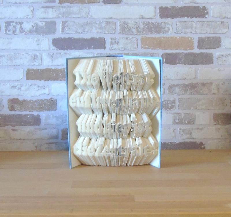 - gefaltetes Buch - Die Welt ist ein Irrenhaus, und hier ist die Zentrale // Buchkunst // Dekoration // Spruch im Buch // Geschenk  - gefaltetes Buch - Die Welt ist ein Irrenhaus, und hier ist die Zentrale // Buchkunst // Dekoration // Spruch im Buch // Geschenk