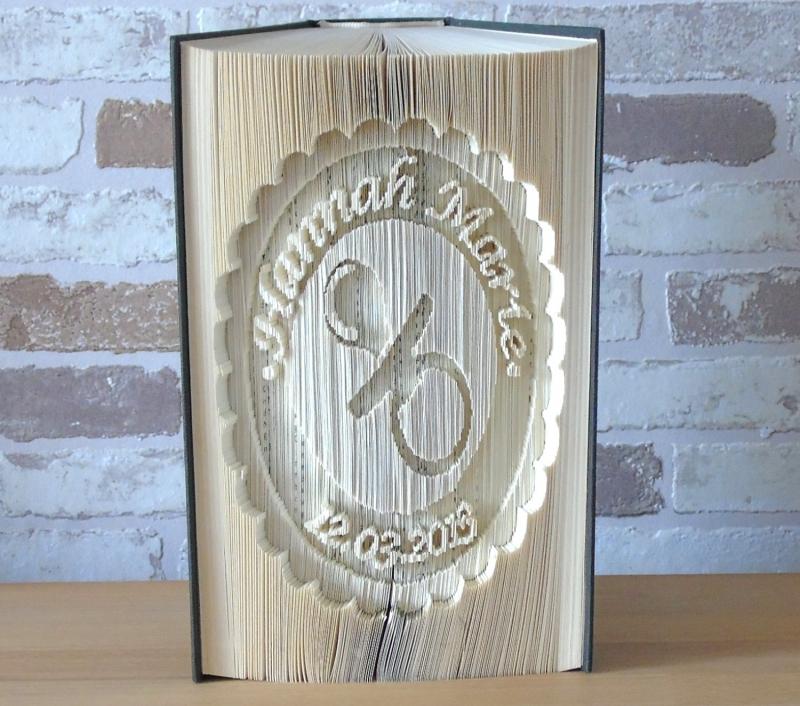 Kleinesbild - gefaltetes Buch - Schnuller im Kreis mit Name und Datum zur Geburt // Buchkunst // Geschenk // Taufe // Buchfalten // Taufgeschenk // Baby