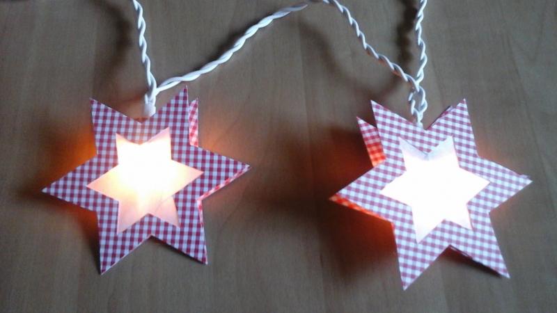 - Lichterkette Stern rot-kariert, gebastelt aus verschiedenen Papieren, für den Innenbereich   - Lichterkette Stern rot-kariert, gebastelt aus verschiedenen Papieren, für den Innenbereich