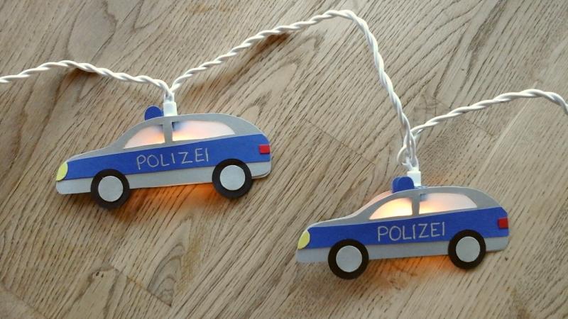 - Lichterkette Polizei, gebastelt aus verschiedenen Papieren, für den Innenbereich  - Lichterkette Polizei, gebastelt aus verschiedenen Papieren, für den Innenbereich