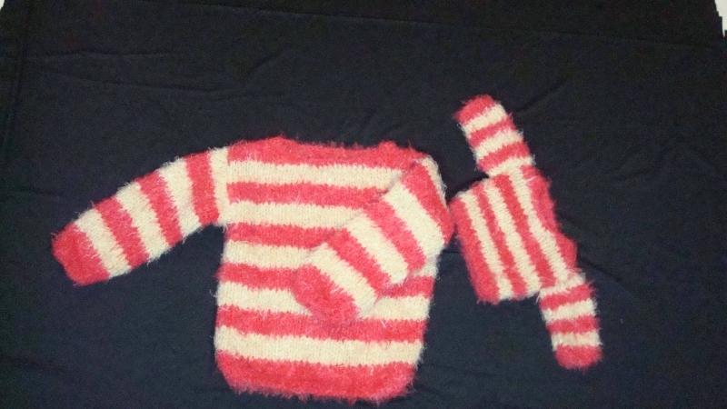 Kleinesbild - handgestrickter Pullover mit beige/roten Blockstreifen für Kind ( Gr. 98/104) und Puppe (Gr. 43)