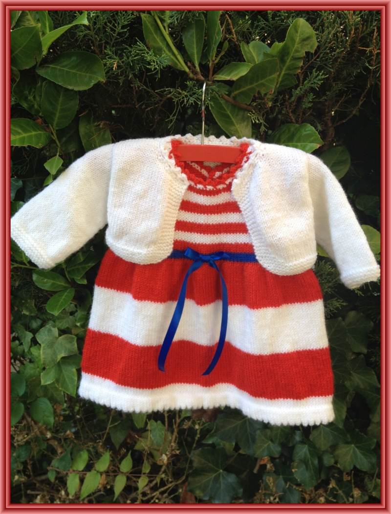 - gestricktes, rot weiß gestreiftes Kleid mit einem gestrickten weißen Bolero, Gr. 68 - gestricktes, rot weiß gestreiftes Kleid mit einem gestrickten weißen Bolero, Gr. 68
