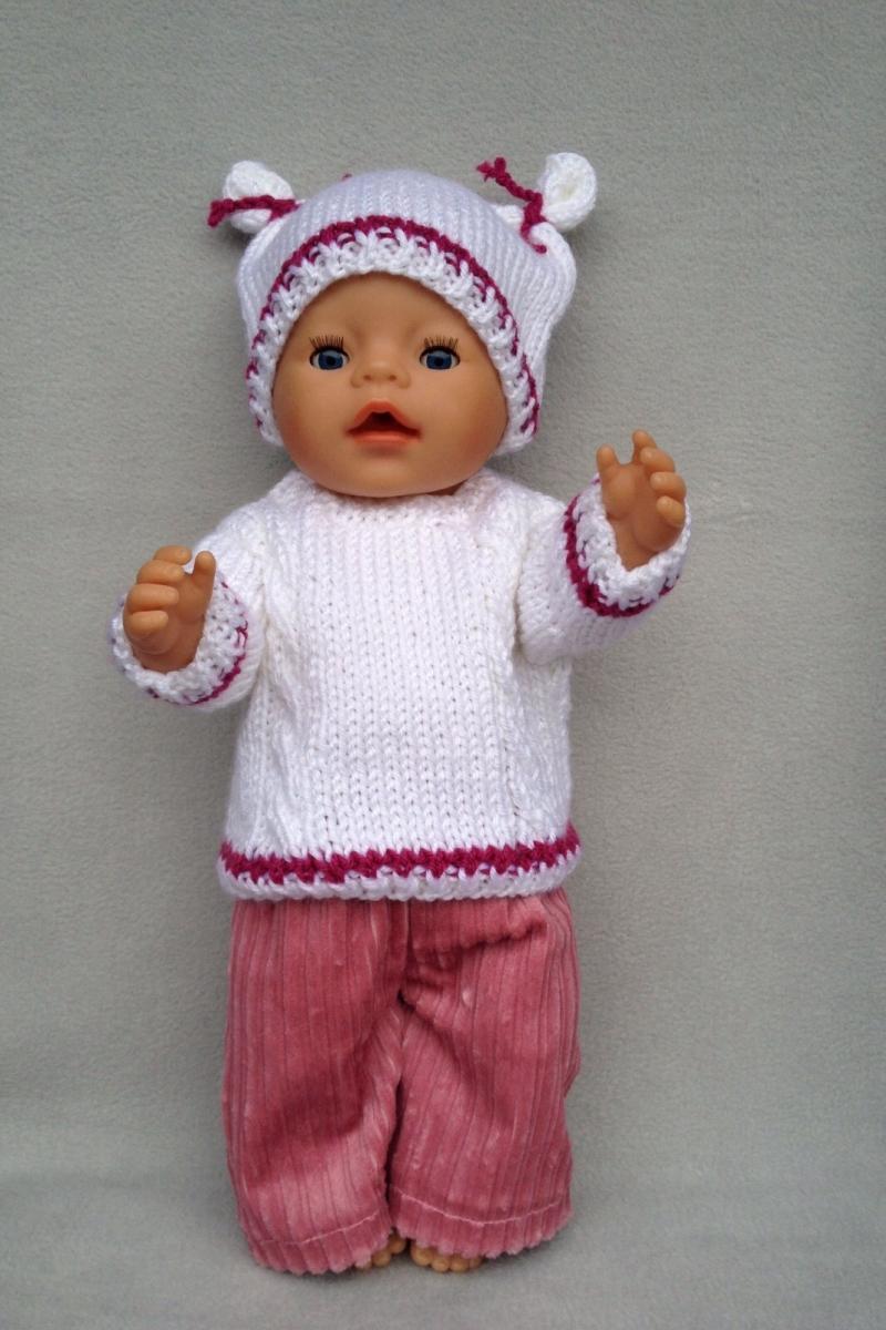 - gestrickter weißer Puppenpullover und-mütze mit passender, genähter Puppenhose in altrosè - gestrickter weißer Puppenpullover und-mütze mit passender, genähter Puppenhose in altrosè