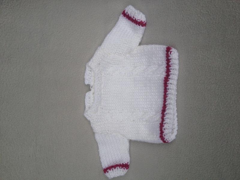 Kleinesbild - gestrickter weißer Puppenpullover und-mütze mit passender, genähter Puppenhose in altrosè