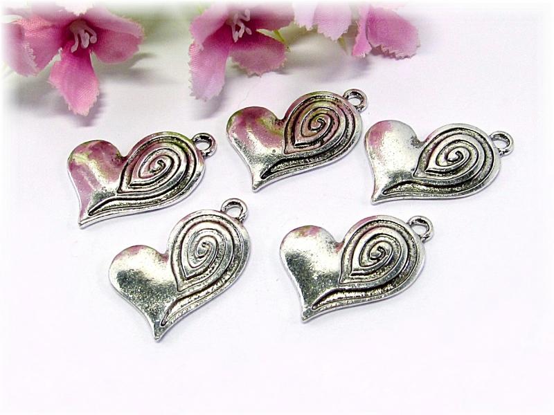 - 5 Herz  Anhänger / Charm, Farbe silber antik - 5 Herz  Anhänger / Charm, Farbe silber antik