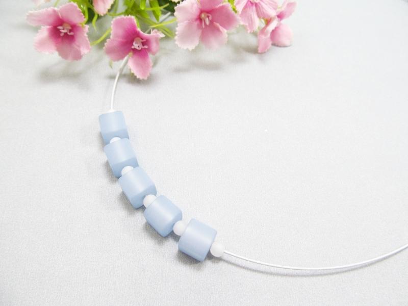 - Stahlseil-Collier mit Polarisperlen in hellblau und weiß, mit Edelstahl-Verschluss - Stahlseil-Collier mit Polarisperlen in hellblau und weiß, mit Edelstahl-Verschluss