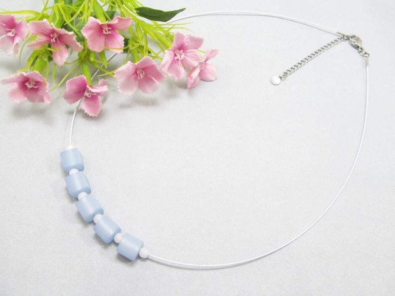 Kleinesbild - Stahlseil-Collier mit Polarisperlen in hellblau und weiß, mit Edelstahl-Verschluss