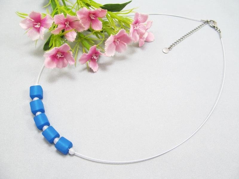 Kleinesbild - Stahlseil-Collier mit Polarisperlen in blau und weiß, mit Edelstahl-Verschluss
