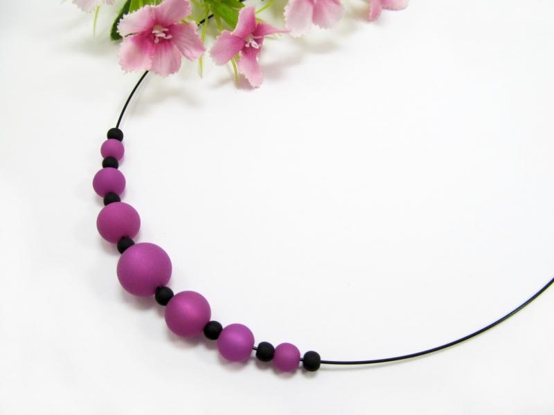 - Stahlseil-Collier mit Polarisperlen in lila und schwarz, mit Edelstahl-Verschluss - Stahlseil-Collier mit Polarisperlen in lila und schwarz, mit Edelstahl-Verschluss
