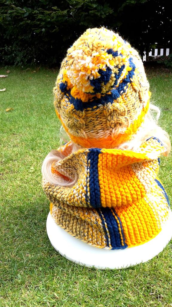 Kleinesbild - Sparset: gelb-blaue Bommelmütze mit Zopfmuster, Schlauchschal, Fäustlinge