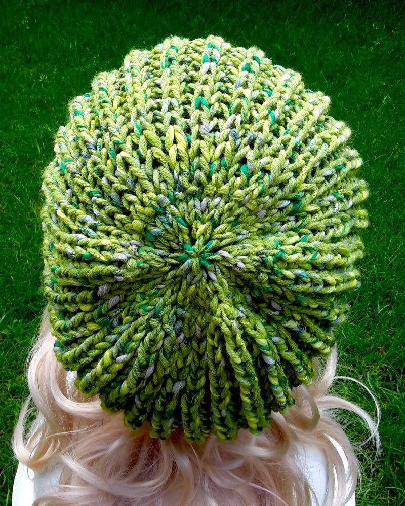 Kleinesbild - Grünmelierte Strickmütze/Ballonmütze im Strukturmuster für Damen