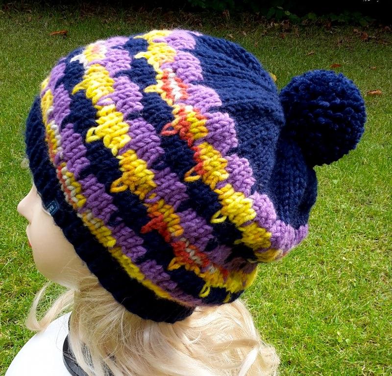 - Strickbeanie/Ballonmütze mit Bommel in dunkelblau, lila und gelb - Strickbeanie/Ballonmütze mit Bommel in dunkelblau, lila und gelb