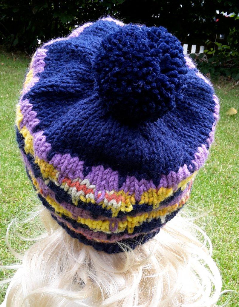 Kleinesbild - Strickbeanie/Ballonmütze mit Bommel in dunkelblau, lila und gelb