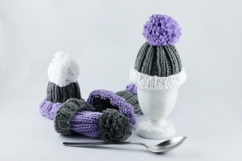 Kleinesbild - Eierwärmer 4-er Set handgestrickt als Wollmützen in grau-lila-weiß