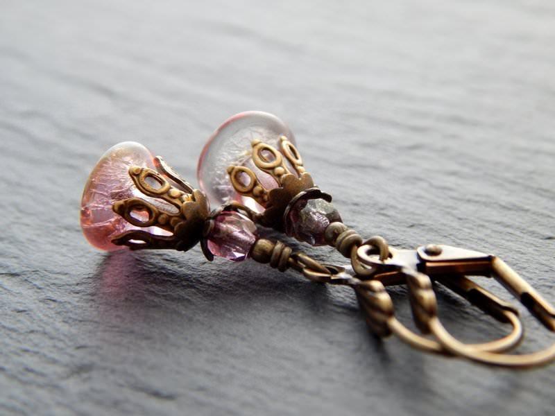 Kleinesbild - Ohrringe mit rosa Glasblüten und bronzefarbenen Perlenkappen - Rosa Vintageblüten