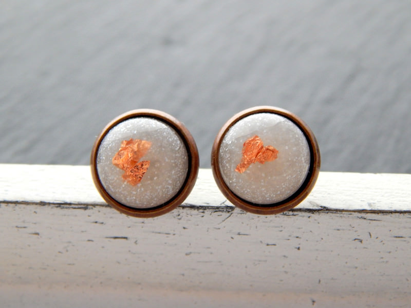Kleinesbild - Handmade-Cabochons mit Schimmer in Weiß mit  Blattmetall in Kupfer in kupferfarbenen Steckern - Seidenschimmer mit Kupfer