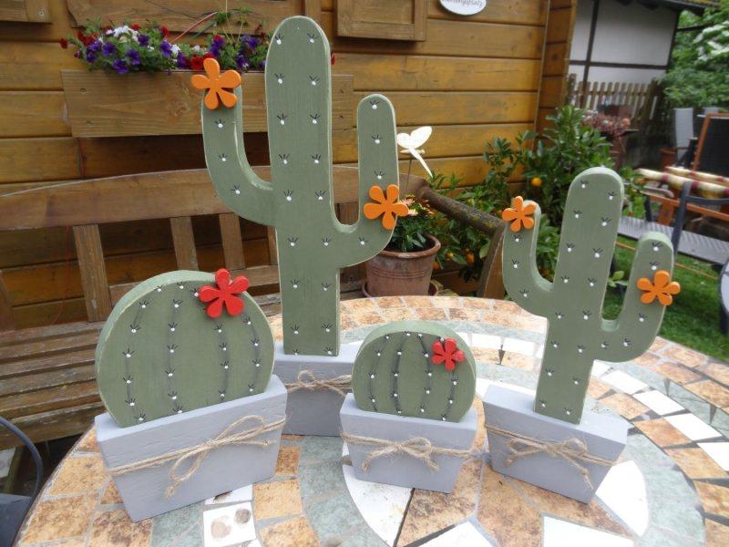 Kleinesbild - kleiner Holz Kaktus mit Blüte, als Fensterdeko in runder Form