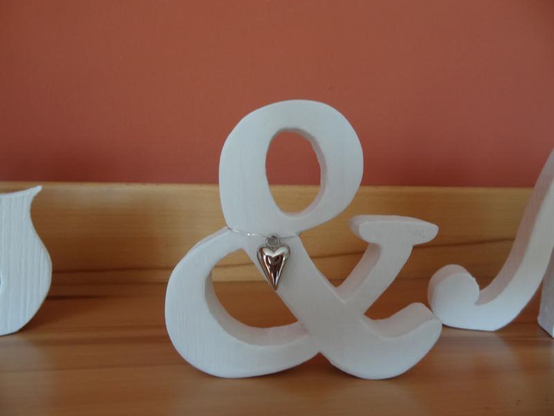 Kleinesbild - Schriftzug Mr. & Mrs. als Tischdeko am Hochzeitstisch
