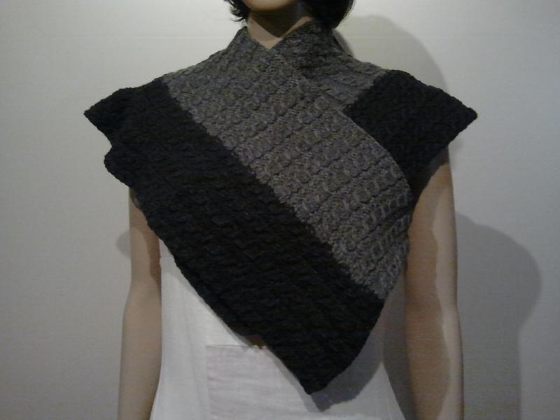 Accessoires : Gestrickter Schal oder Stola mit Zopfmuster aus grauer ...